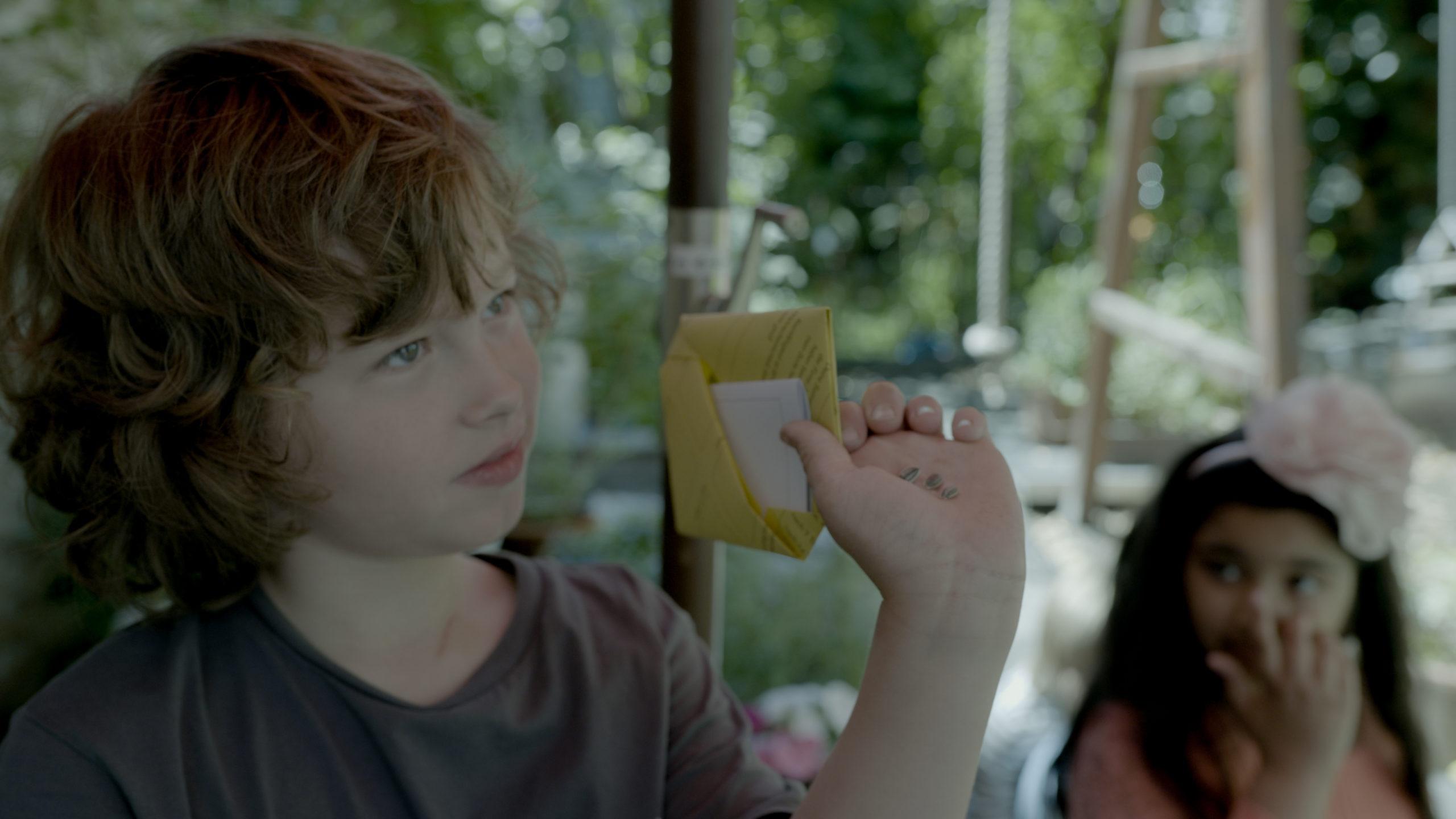 Ben mit seinem Forscherausweis und Sonnenblumensamen