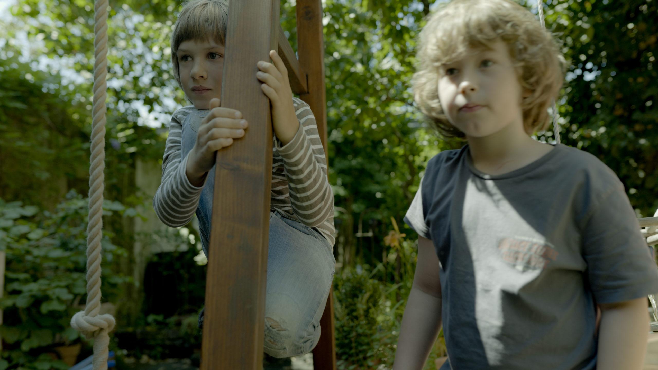 Noah (l.) und Ben schauen sich neugierig den Lehr-Film von Prof. Dieter Volkmann an